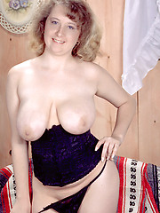 Charmer mature woman in sexy stockings