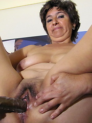 Mature Marilo loves to play with her wet pussy