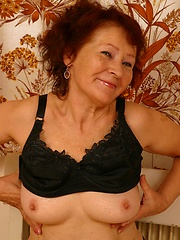 Oldie is smiling showing off her tits and pussy