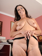Hot USA mature solo shoots