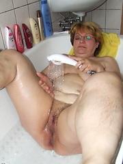 Chubby mature slut playing in her bathtub