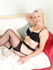 This mature British lady loves to get naughty