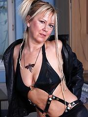 Kinky mature minx playing with her saggies