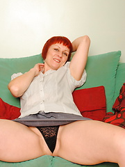 This red housewife loves to play alone