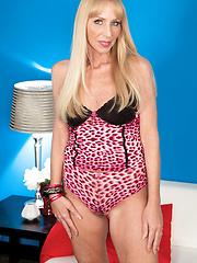Blonde MILF Phoebe Page
