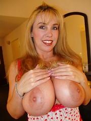 Wifey masturbates with two dildos